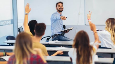 Darstellung eines Lehrers im Klassenraum