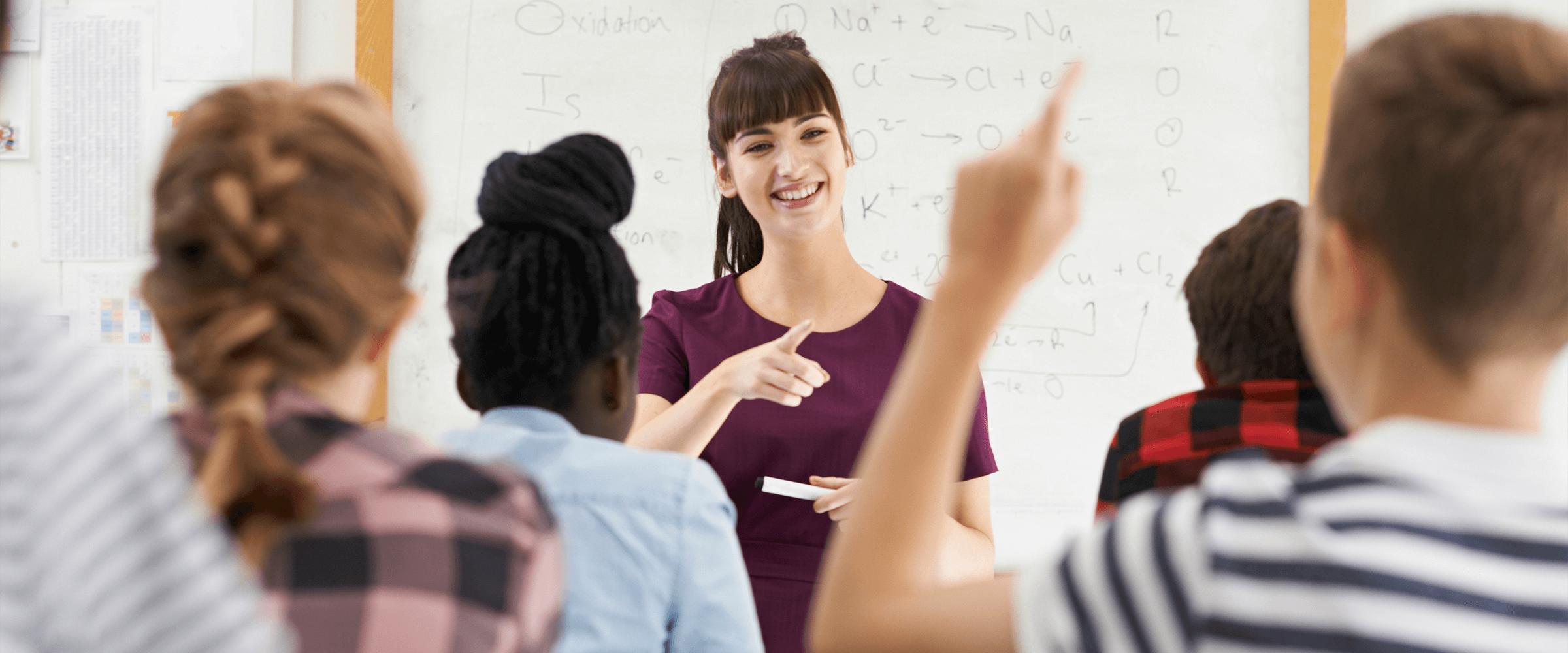 Lehrerin in einer Schulklasse