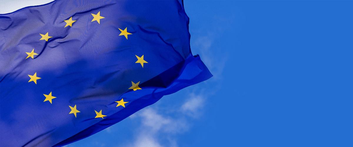 EU Flaggen Abbildung mit dem Himmel im Hintergrund