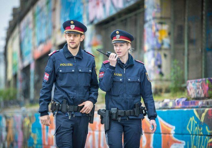 Polizistin und Polizist im Einsatz